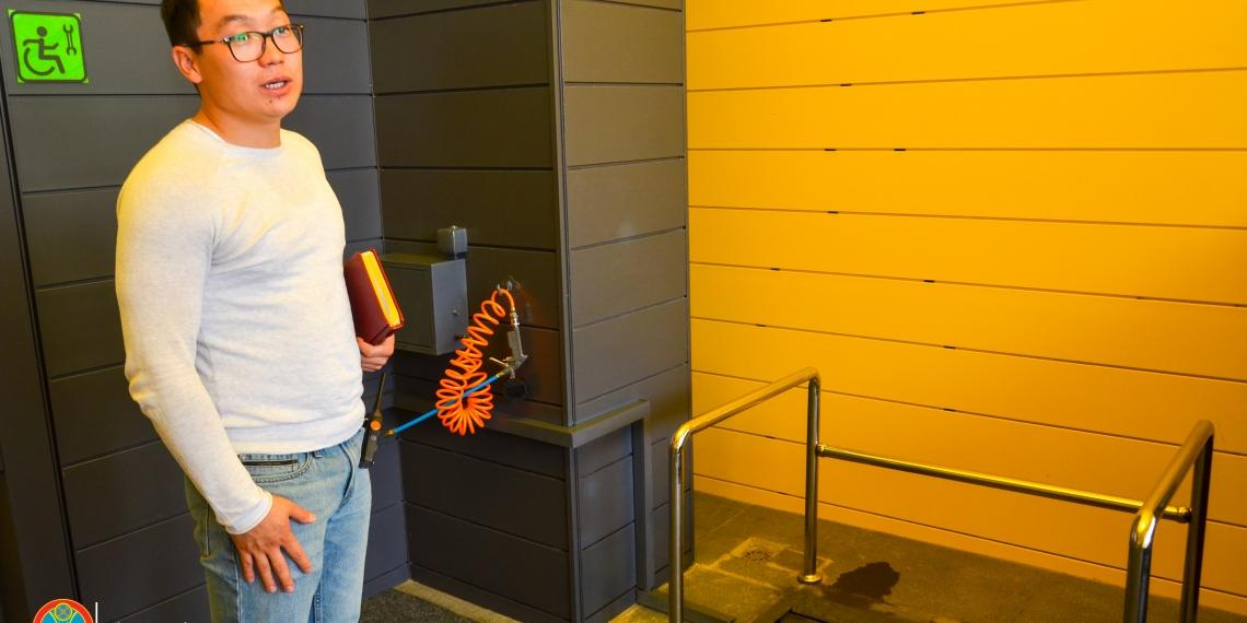 Негізгі кіре берісте көзімізге бірден Қазақстанда бірінші рет ашылған мүгедектердің арбасын жуатын орын түсті. Оның авторы - арбада отырып билеу бойынша ҚР құрамының мүшесі Ардақ Атарбаев.  Ол бос уақытында жеке кәсіпкерлікпен айналысады (Қызмет көрсету станциясы СТО – авт). Астананың әлемдегі ең суық астана екенін, жыл бойы тоғыз ай жаңбырдың соңы қарға ұласатынын есепке алсақ, бұл бейімделудің маңыздылығы дау тудырмайды.
